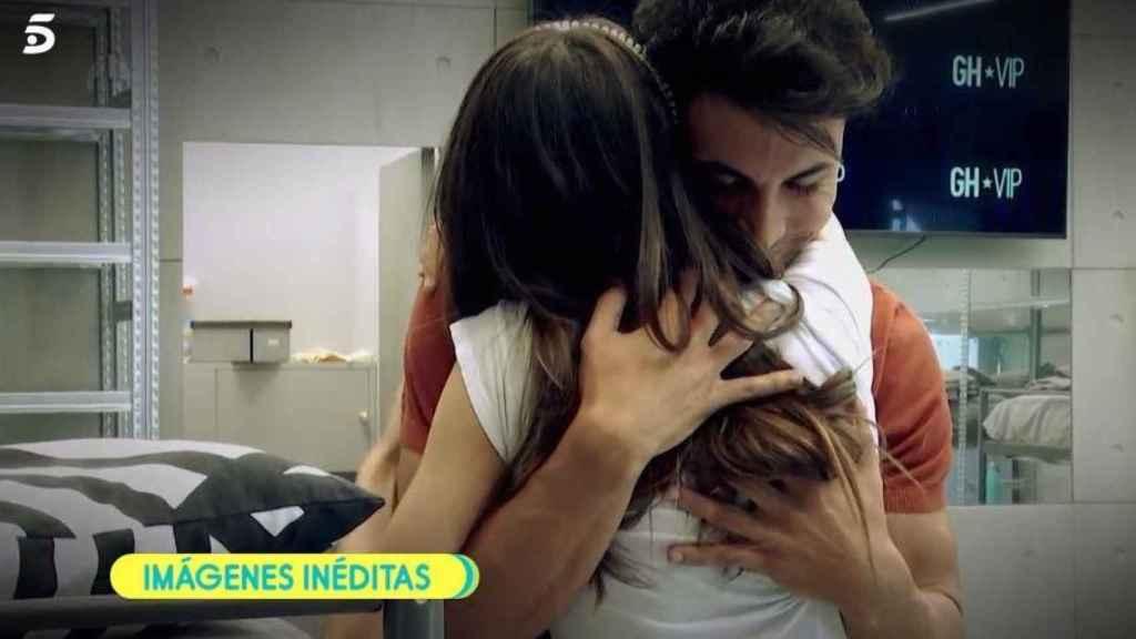 Kiko Jiménez abrazando a Estela Grande en 'GH VIP'.