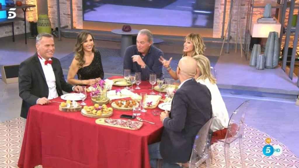 Carlos Lozano y Paloma Lago junto al resto de 'comensales' en 'Viva la vida'.