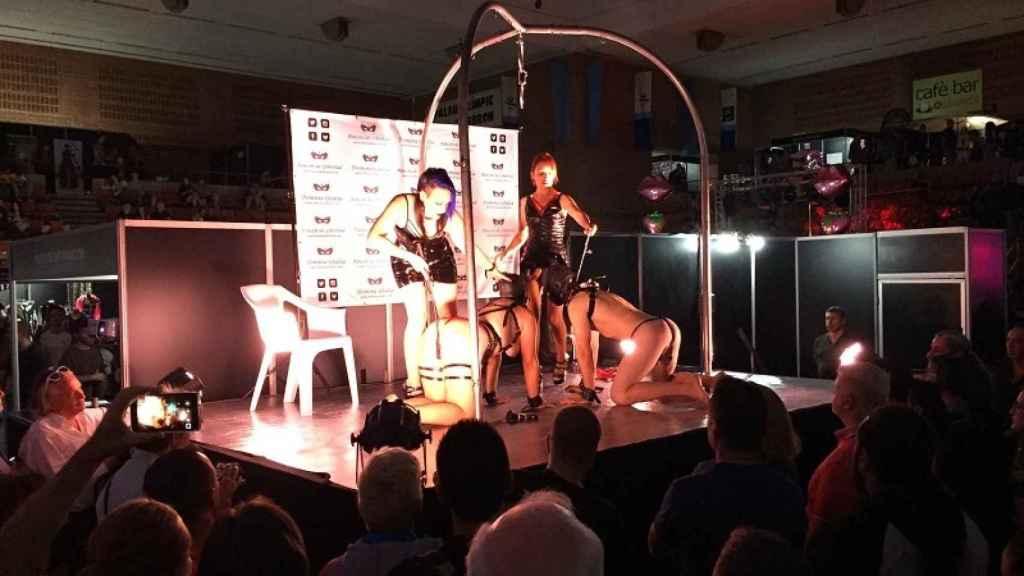 Espectáculo BDSM en el Salón, con dos dóminas