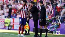 Diego Costa y Simeone hablan en un momento del partido entre el Valladolid y el Atlético de Madrid