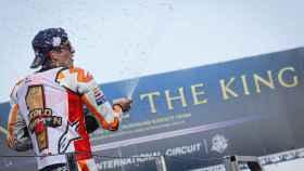 Marc Márquez celebra su victoria en el GP de Tailandia y su octavo título de campeón.