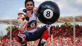 Marc Márquez celebra su octavo título de campeón del mundo, logrado en el circuito tailandés de Buriram.