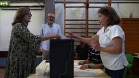 Primeros votantes en los colegios de Portugal.