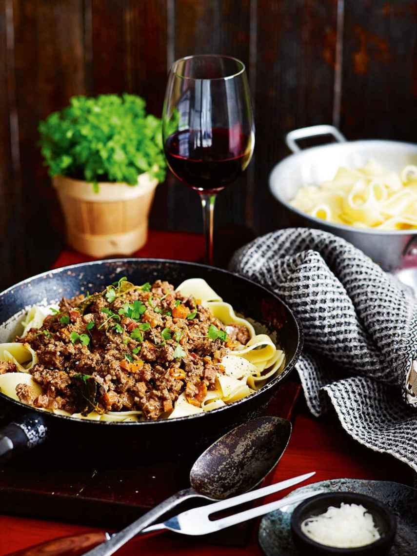 La clásica pasta bolognese, con un vino italiano.