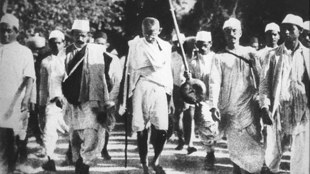 Gandhi con sus seguidores
