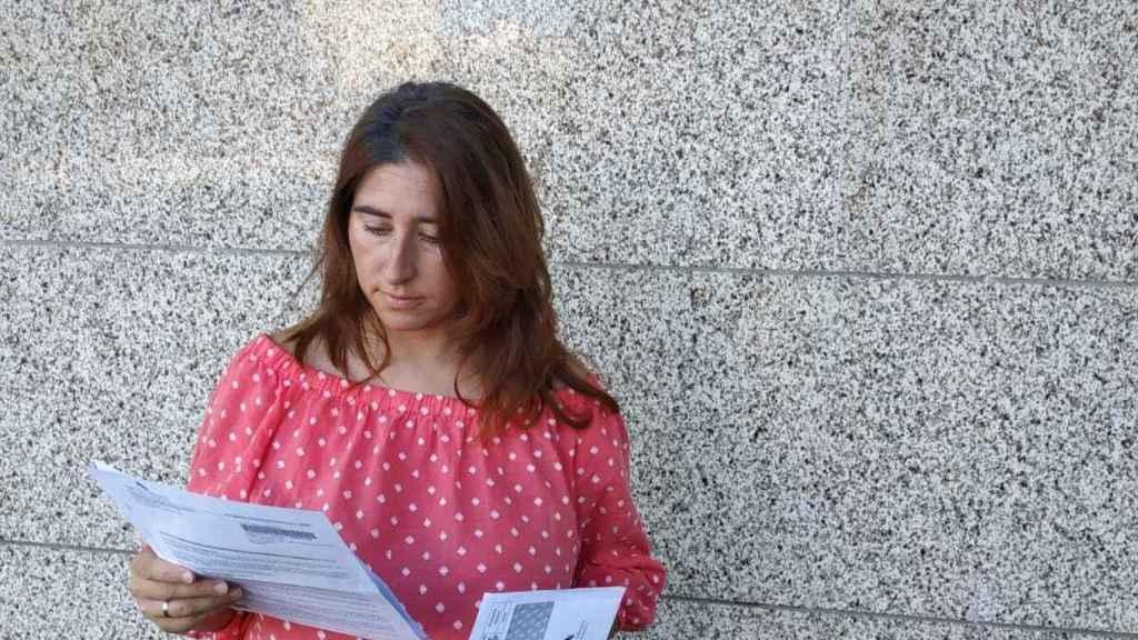 Paloma Alonso porta las últimas notificaciones que le ha enviado Hacienda con la actualización de su deuda.