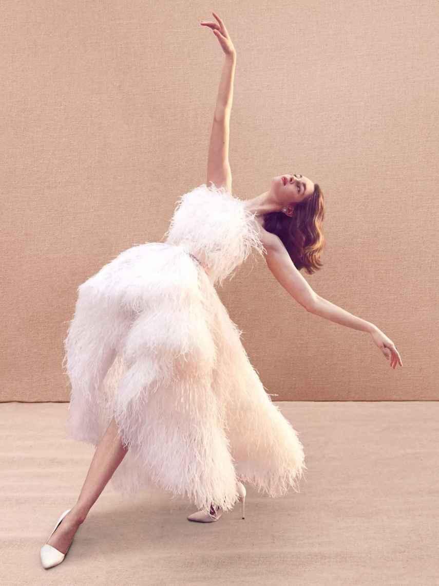 Las plumas llegan con fuerza a las pasarelas plagadas de novias.