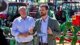 El líder del PP, Pablo Casado, interviene en presencia del líder del PP de Extremadura, José Antonio Monago, durante su visita a la Feria Internacional Ganadera de Zafra (Badajoz).