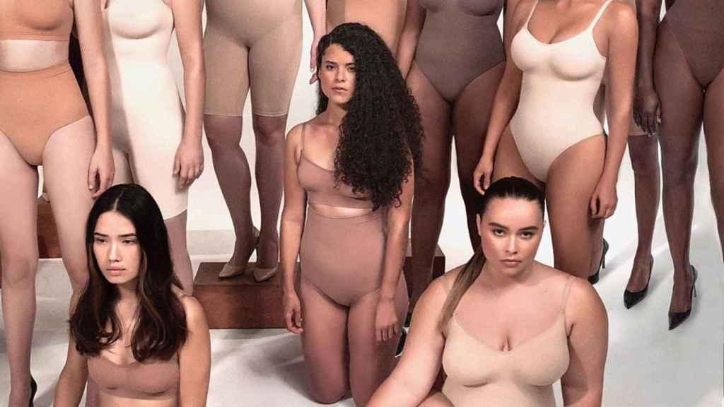 Kim Kardashian y las modelos de Skims.
