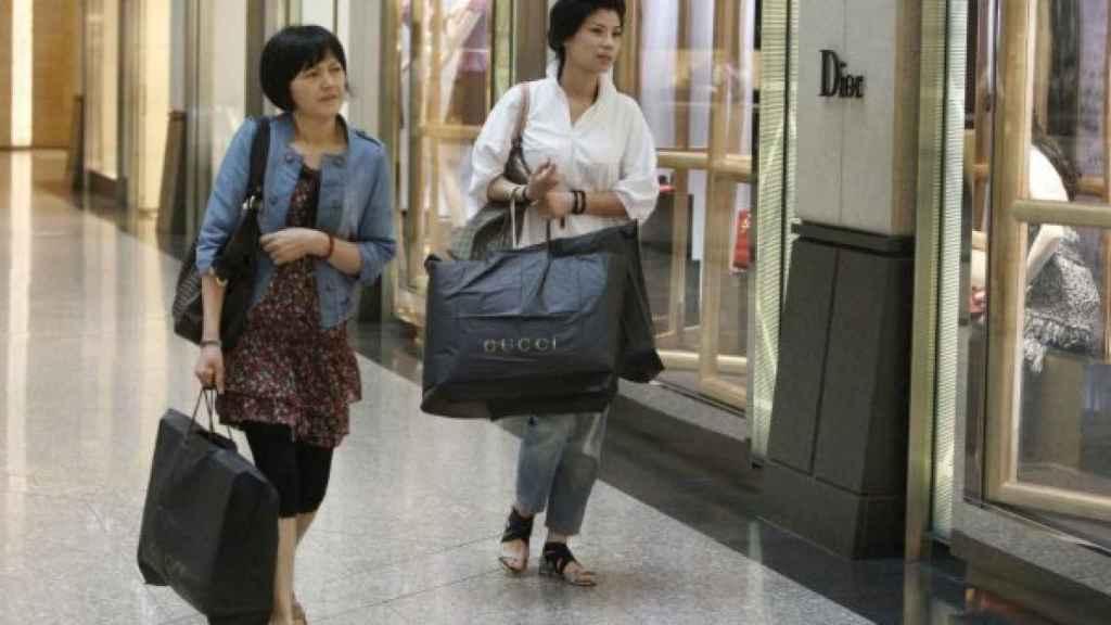 Dos turistas chinas de compras.