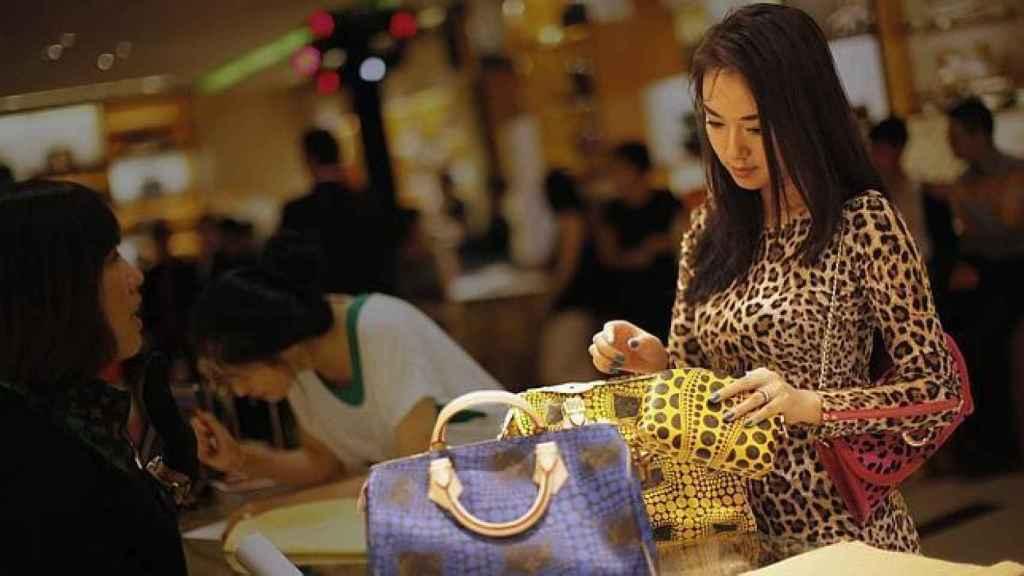 Una turista asiática de compras.