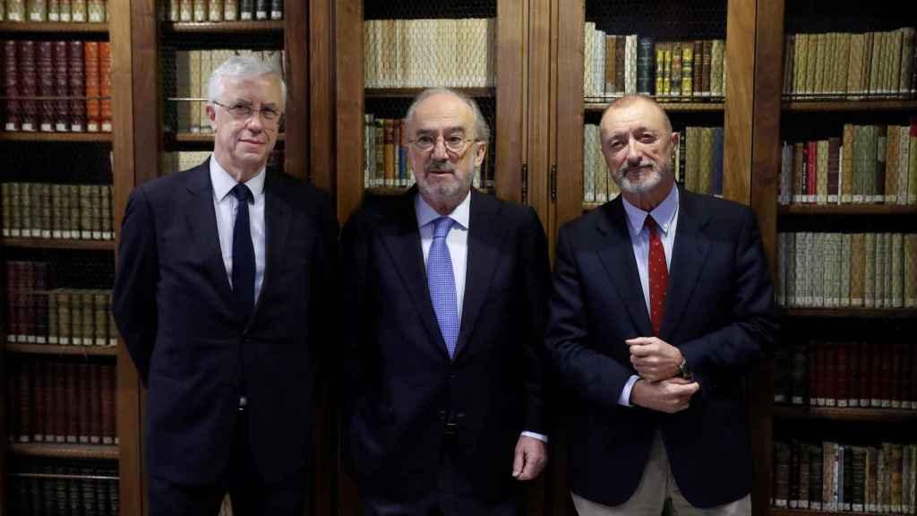 José Manuel Sánchez Ron, vicepresidente de la RAE, Santiago Muñoz Machado, presidente de la RAE, y el escritor Arturo Pérez-Reverte.