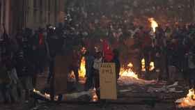 Manifestantes se enfrentan con las autoridades este lunes en Quito.