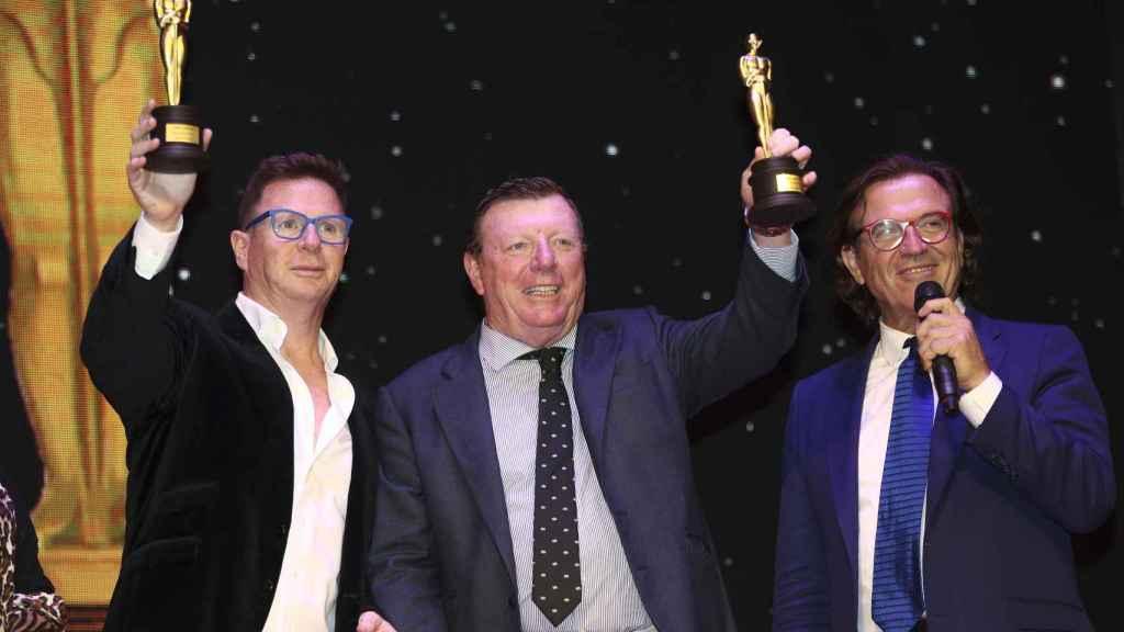 Jorge y César cadaval recibiendo el premio de los Óscar del humor.
