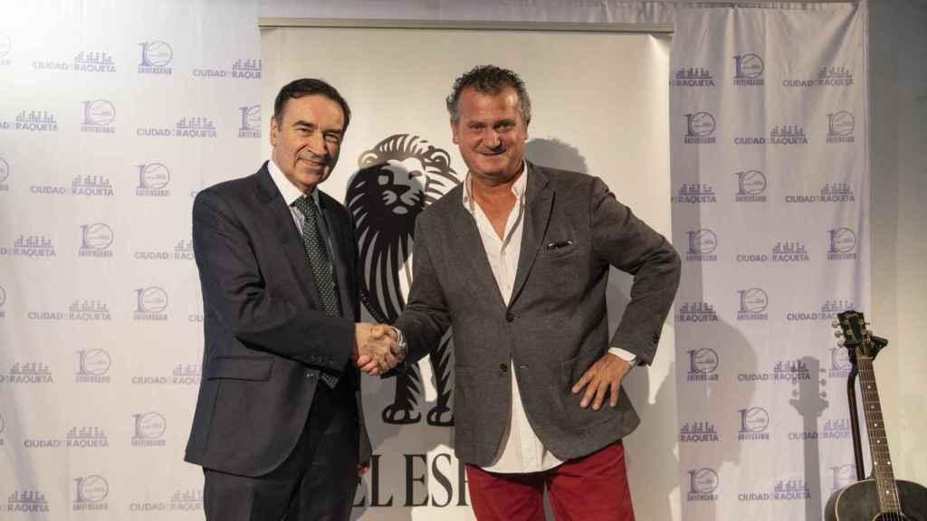 Pedro J. Ramírez y Koki Martí, durante la firma del acuerdo.