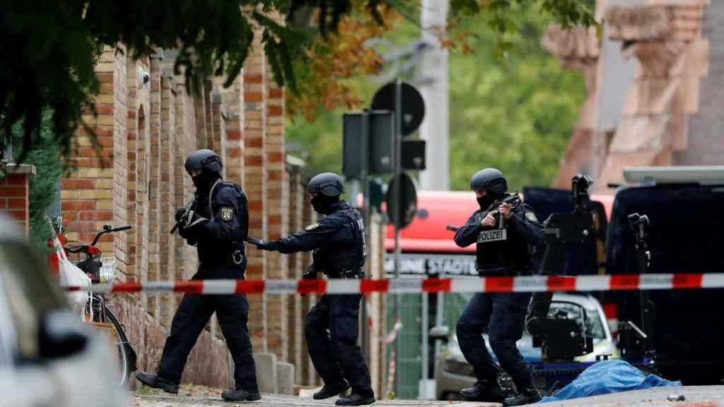 Policía en las inmediaciones de la sinagoga de Halle momentos después del atentado.