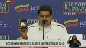 Nicolás Maduro muestra el dibujo de Superbigote.