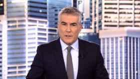 David Cantero aparecía en los primeros segundos del capítulo anunciando un tiroteo en Madrid.