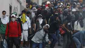 Crecen las presiones para que el presidente de Ecuador dimita mientras la Policía disuelve manifestaciones