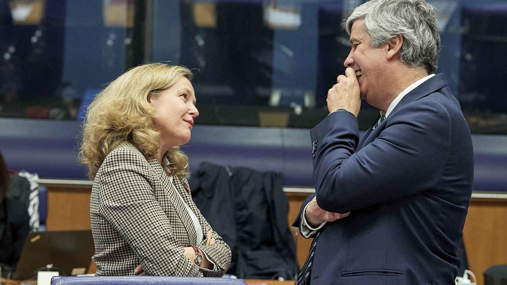 Nadia Calviño conversa con el presidente del Eurogrupo, Mário Centeno, durante el último Eurogrupo