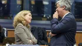 Nadia Calviño conversa con el presidente del Eurogrupo, Mário Centeno, durante la reunión del miércoles