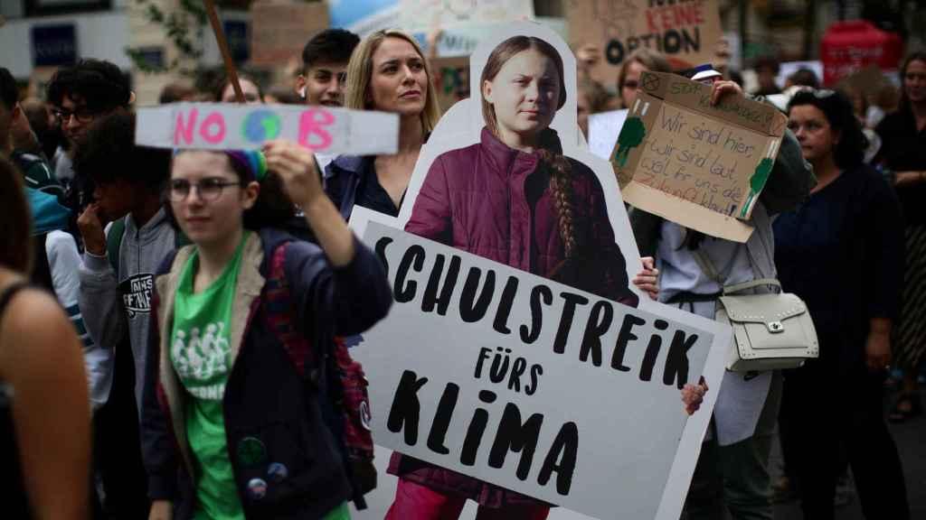 Una joven con un recorte de Greta Thunber en la huelga mundial por el clima en Viena.