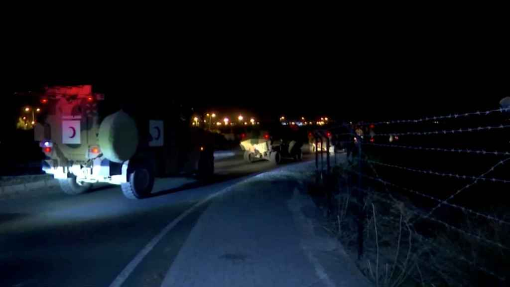 Un convoy militar turco avanza por la frontera Siria