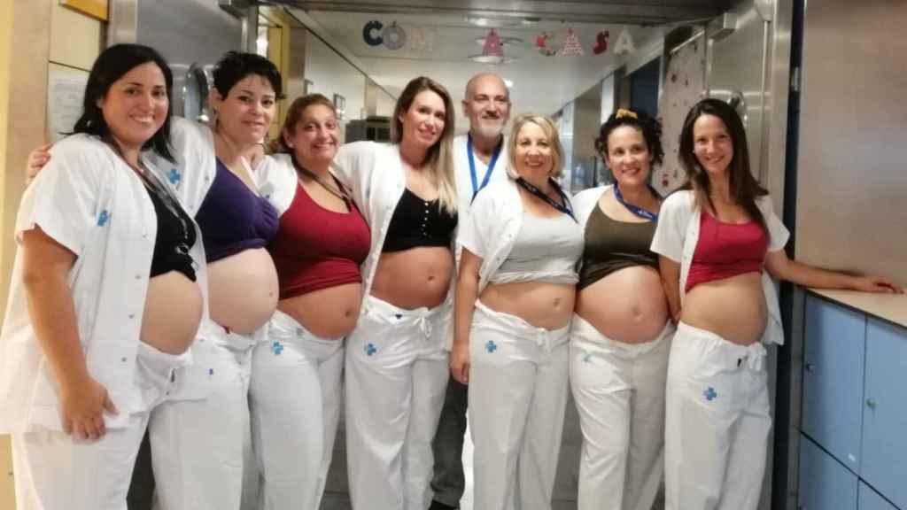 Las enfermeras y auxiliares del Hospital Vall d'Hebrón. Félix Castillo, en el medio.