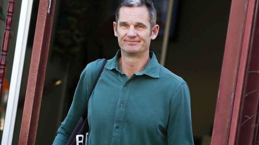 Iñaki Urdangarin ha hecho de la camisa verde su uniforme de trabajo fuera de la cárcel.