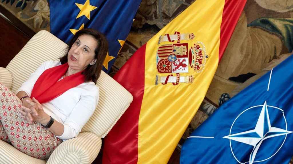 Unión Europea, España y OTAN, las tres banderas en el despacho de Margarita Robles.