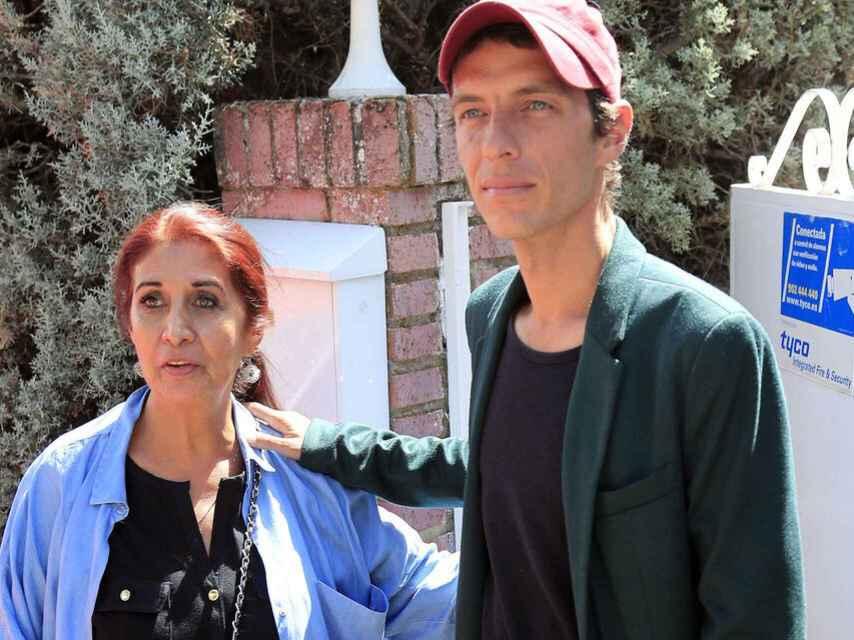 Camilo Blanes junto a su madre Lourdes Ornelas a las puertas del chalet de Torrelodones.