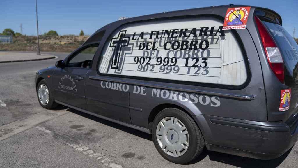 Uno de los coches fúnebres con los que trabaja La Funeraria del Cobro.