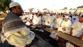 Un imán dirige un multitudinario rezo colectivo de musulmanes en Melilla.