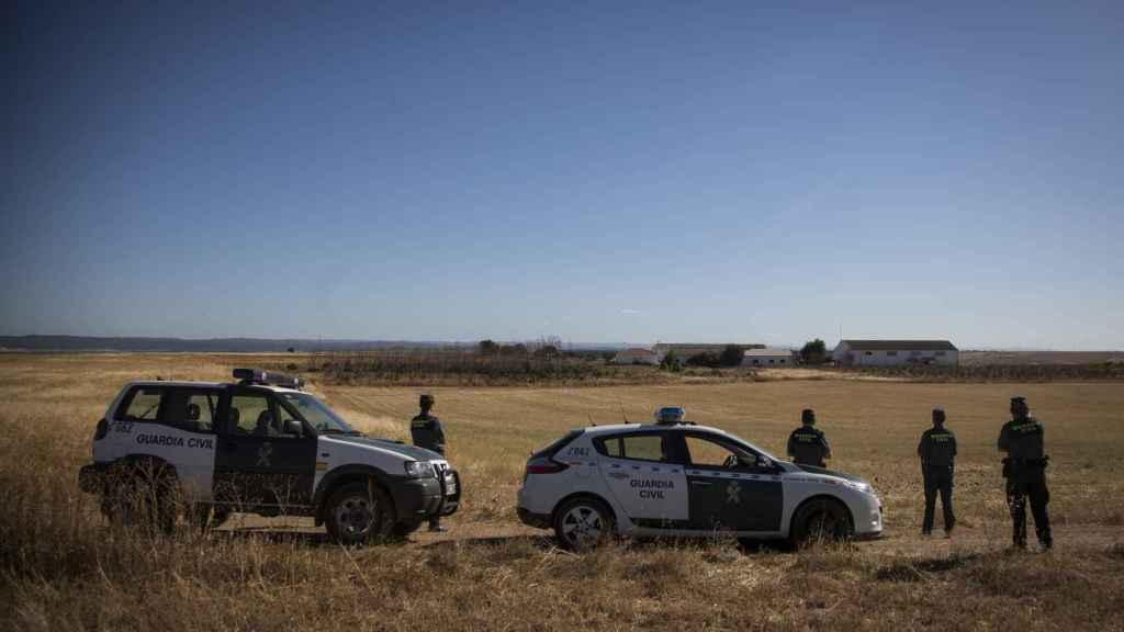 La Guardia Civil aguarda para llevar a cabo uno de los desalojos de la finca Somonte (Córdoba).