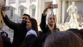 Unos turistas haciéndose un selfie en su viaje.