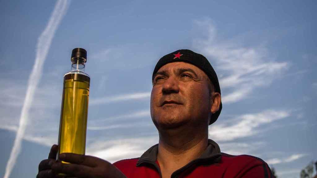 Andrés Bódalo aprecia el aceite de la resistencia que han elaborado en Cerro Libertad