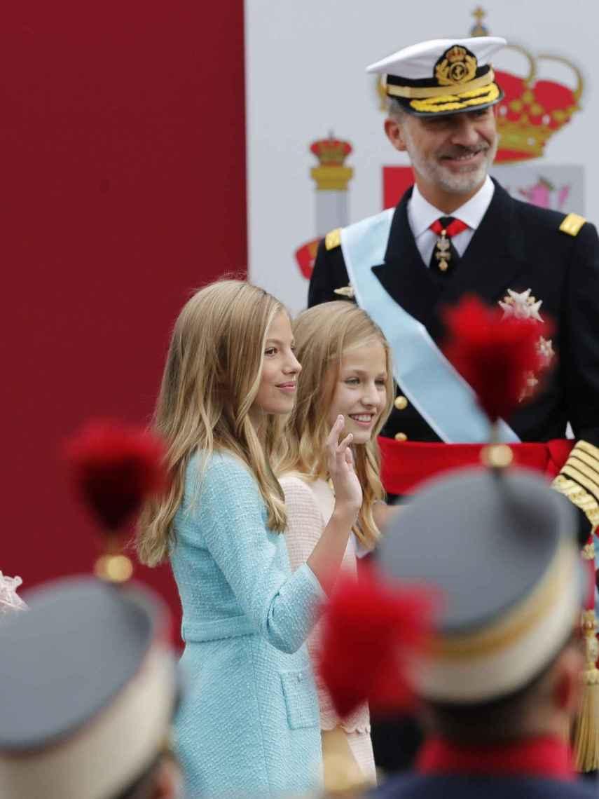 Detalle del vestido de Letizia por detrás y las mangas, de plumeti y llenas de mariposas.