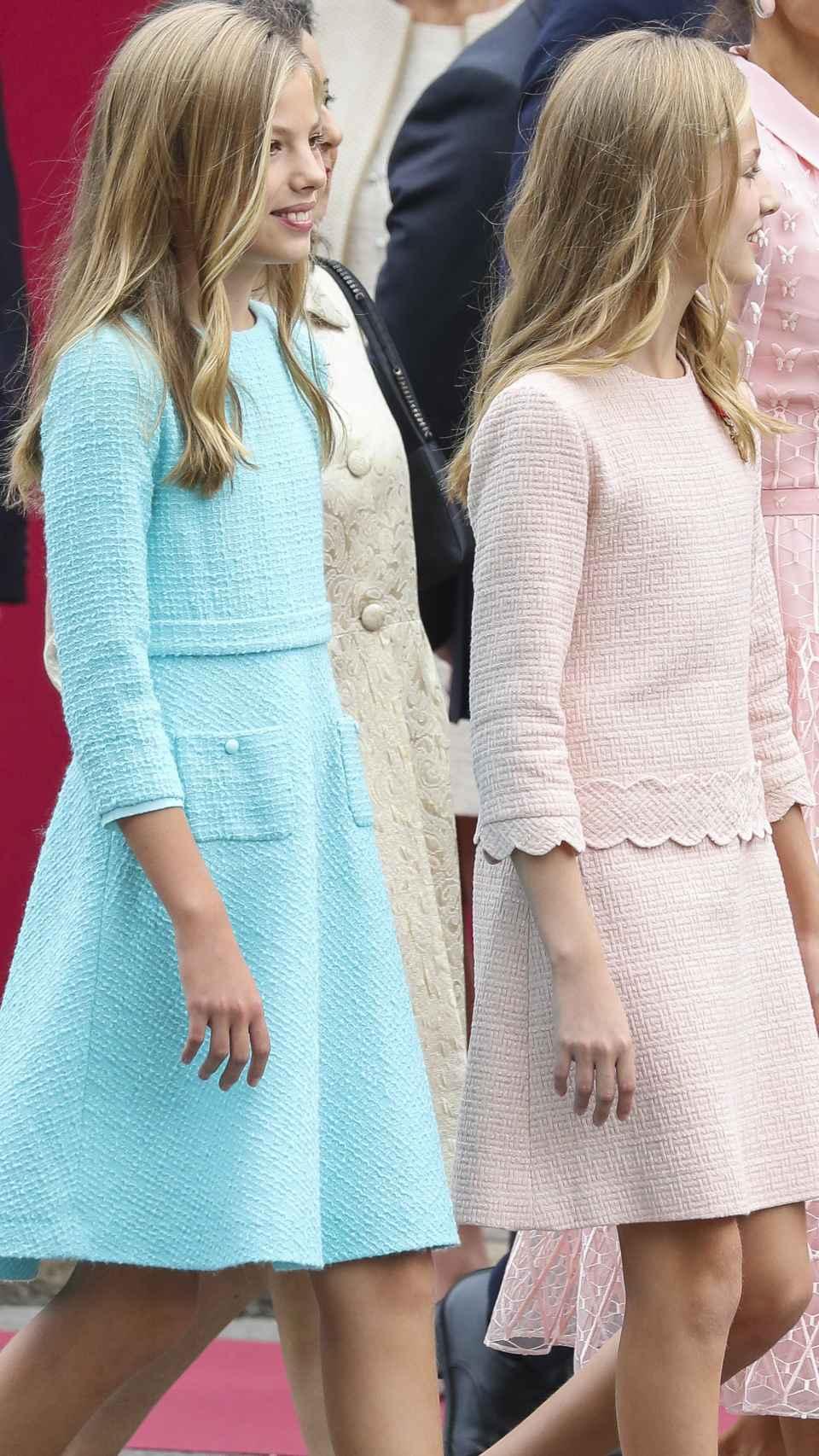 Mientras la menor ha vestido el tono azul bebé aturquesado, la mayor ha lucido un color rosa talco.