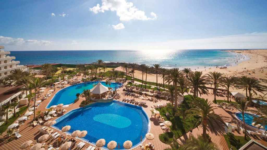 Hotel Tres Islas de Fuenteventura, donde coincidieron este verano el autor de la tribuna y Marchena.