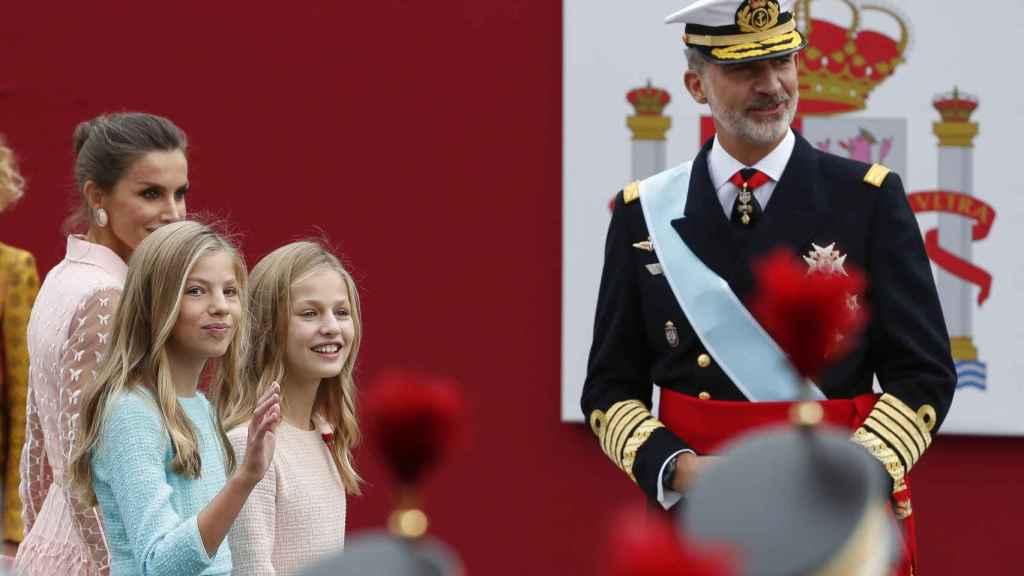 Leonor y Sofía de Borbón, acompañando a su madre, la Reina Letizia y al Rey.
