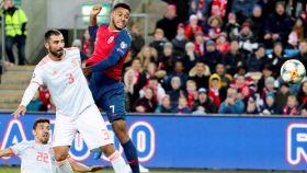Albiol, contra Joshua King en el Noruega - España