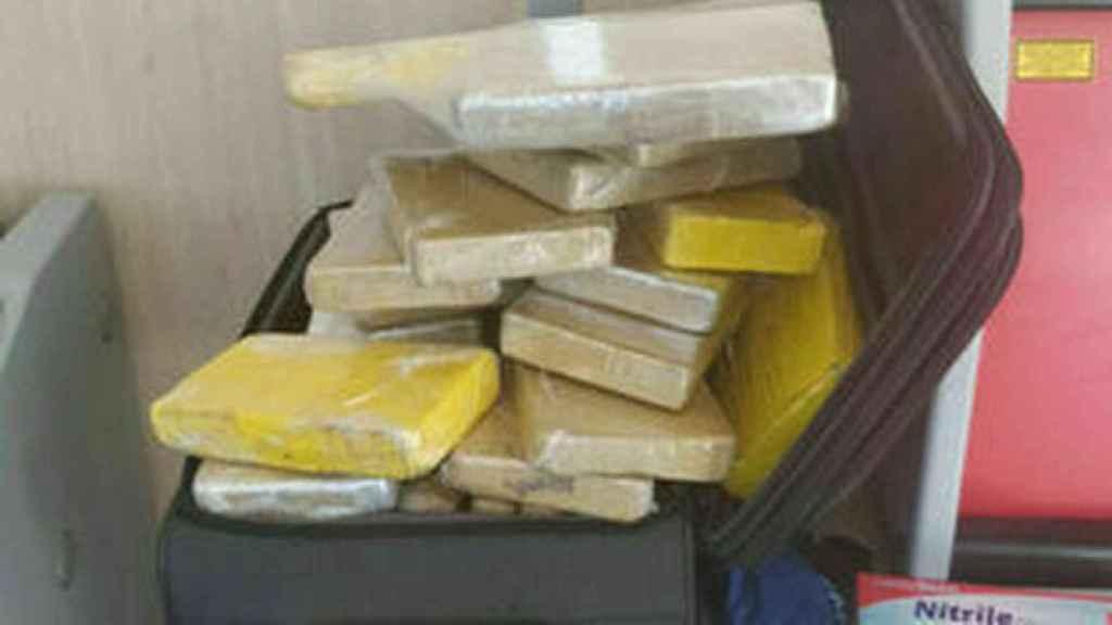 Maleta con fardos de cocaína intervenida al militar brasileño.