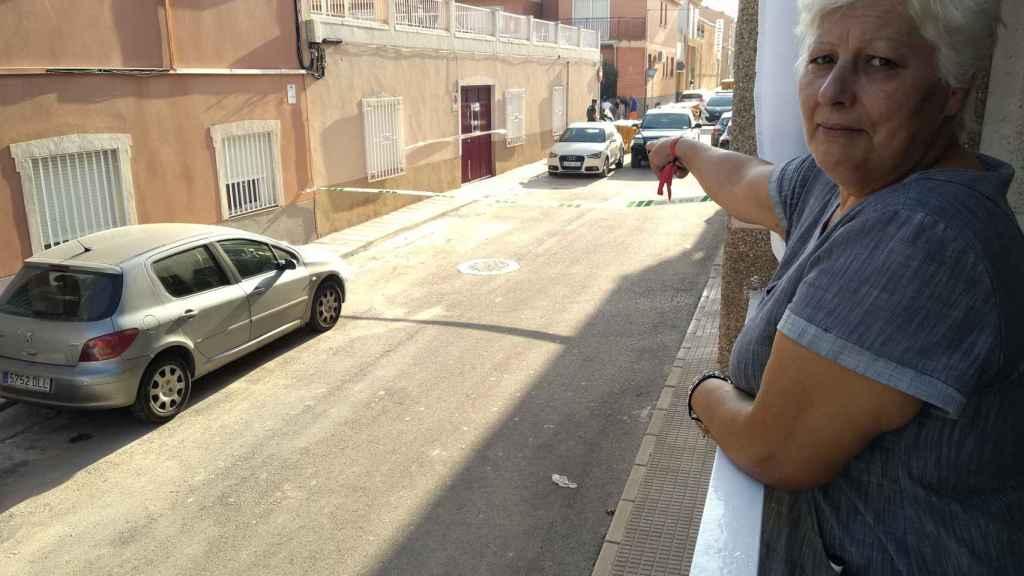 María Ángeles García señalando la casa de Sangonera la Seca en la que residían sus amigos.
