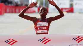 La keniana Brigid Kosgei cruza la línea de meta en la maratón de Chicago