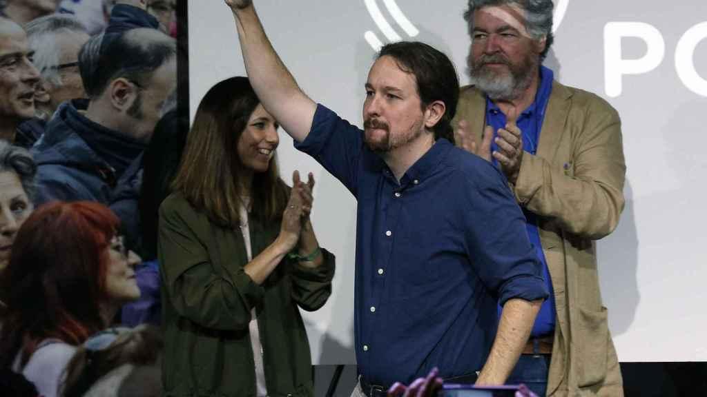 Pablo Iglesias, entre Ione Belarra y Juantxo López de Uralde, en la presentación del programa de Podemos para el 10-N.