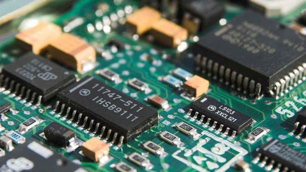 Detalle de microchips en un aparato electrónico.
