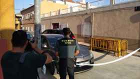 La Guardia Civil ha acordonado las inmediaciones de la vivienda donde se han hallado los cuerpos.