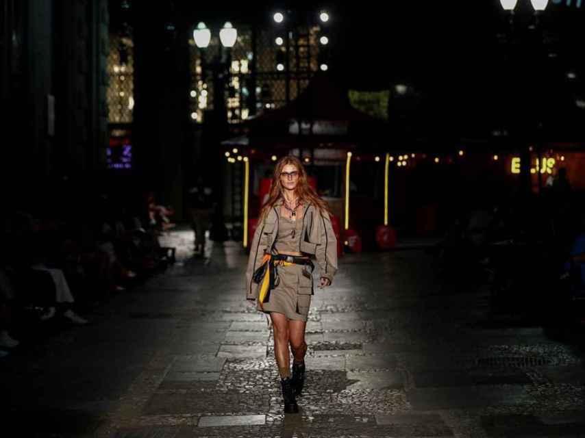 Modelo desfilando en Sao Paulo para la firma Ellus.