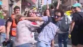 Momento en el que el manifestante 'indepe' agrede a la mujer.