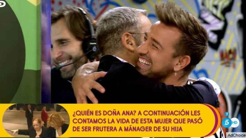 Jorge Javier felicita a Rafa Mora tras presentar la primera hora de 'Sálvame'.